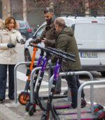 Arranca en el entorno de la plaza de los Sitios la prueba piloto para prohibir el estacionamiento de patinetes, bicis, ciclomotores y motos en aceras