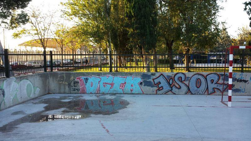 Sustitución de valla de simple torsión, por valla tipo colegio. [Fecha: 14/11/2013]