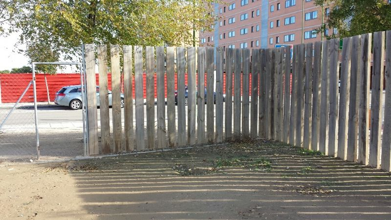 Colocar tablones verticales en cerramiento perimetral. [Fecha: 21/11/2013]