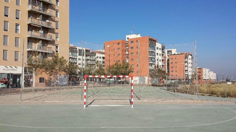 Nueva sujeción de redes parabalones en pista polideportiva.     [Fecha: 29/11/2013]