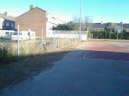 Limpieza y desbroce interior de Pista de Baloncesto. [Fecha: 27/11/2013]