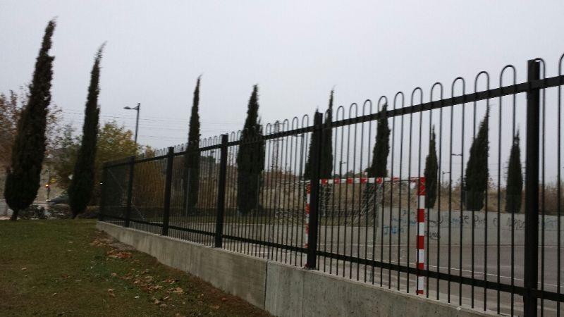 Sustitución de valla de simple torsión por valla de colegio (terminación curva) detrás de las porterías.   [Fecha: 11/12/2013]