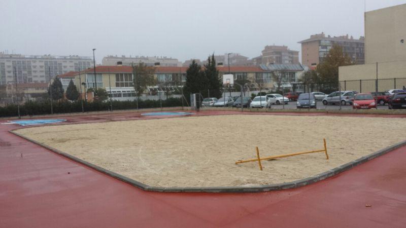 Recebado de arena caliza (15/20cm). Reparación de la zona de hundimiento en pavimento de asfalto (Limpieza y saneado de terreno, solera de hormigón armado y repaso y relleno de junta) 20m2 aprox. [Fecha: 11/12/2013]