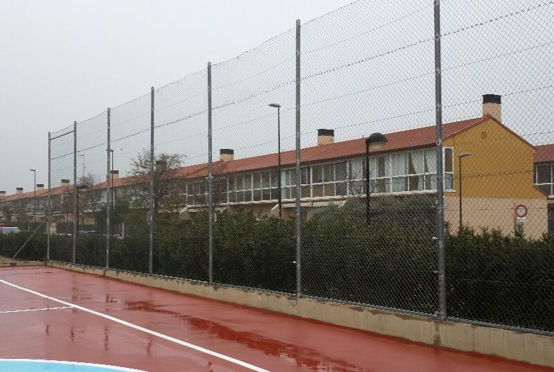 Repaso de valla perimetral de simple torsión (Grapas, anclajes, tensado de sirgas, etc). [Fecha: 11/12/2013]