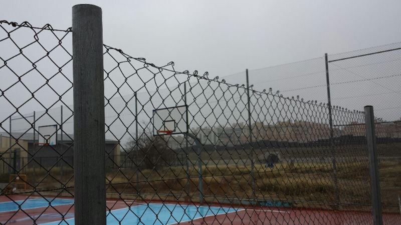 Sustitución de valla simple torsión por valla tipo colegio (tubo hueco aprovechando los postes de base) en el lateral de la pista de BMX con una altura de 2m. (45ml aproximadamente). [Fecha: 11/12/2013]