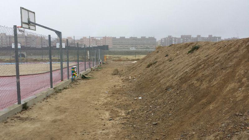 Espacio de 2 a 3m de distancia entre la Pista de BMX a la Polideportiva. [Fecha: 11/12/2013]