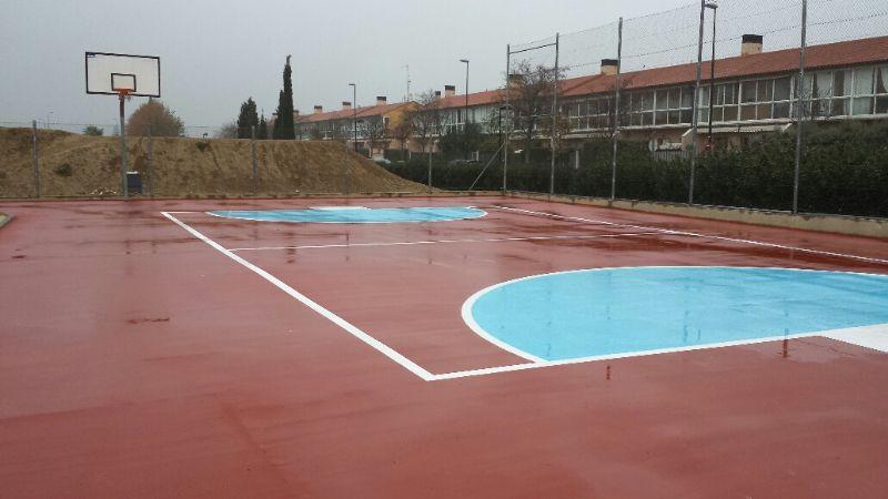 Ejecución de pavimento de slurry color naranja y marcado color azul de Pista de Fútbol Sala reducida. [Fecha: 11/12/2013]