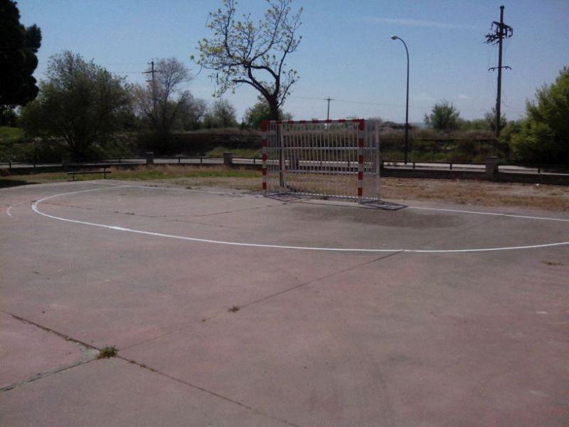 Pintado del lineado de la Pista de Fútbol Sala. [Fecha: 11/04/2014]