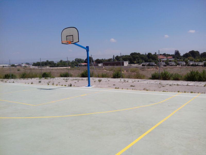 Instalación de dos canastas en la nueva Pista de Baloncesto. [Fecha: 13/06/2014]