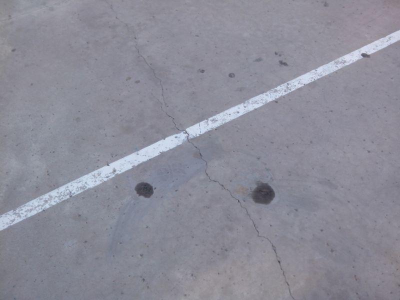 Eliminación de restos de anclajes en la Pista de Fútbol Sala.  [Fecha: 25/08/2014]