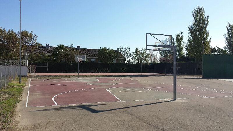 Pintado del lineado de la pista de Baloncesto, dentro del marco de actuaciones del Plan de Empleo Social. [Fecha: 30/11/2014]