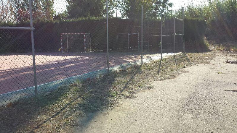 Limpieza exterior e interior de la pista de Fútbol Sala, dentro del marco de actuaciones del Plan de Empleo Social. [Fecha: 30/11/2014]