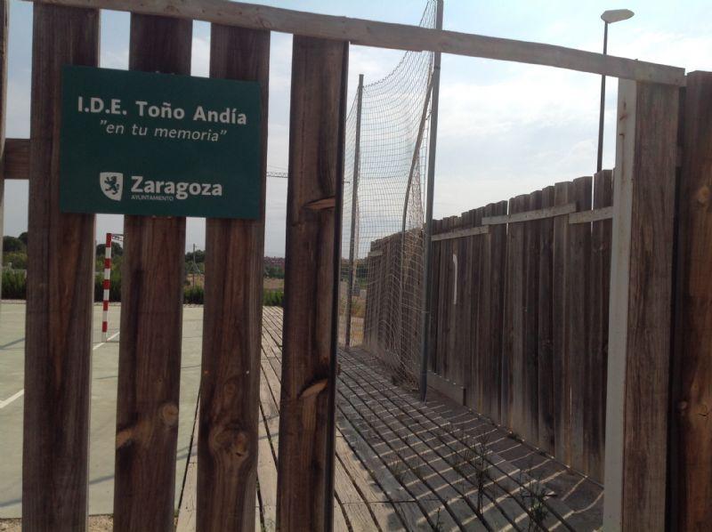 Acceso puerta con cartel [Fecha: 22/07/2016]