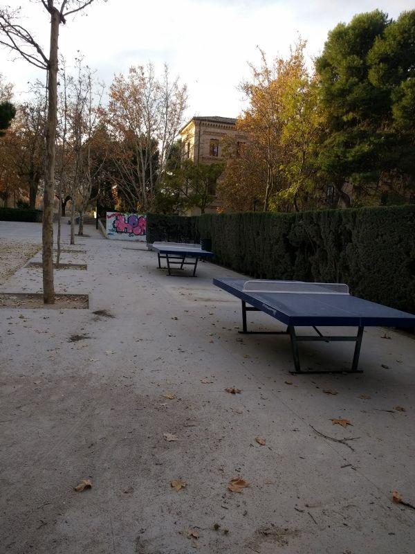 Colocación de dos nuevas mesas de tenis de mesa [Fecha: 23/11/2017]
