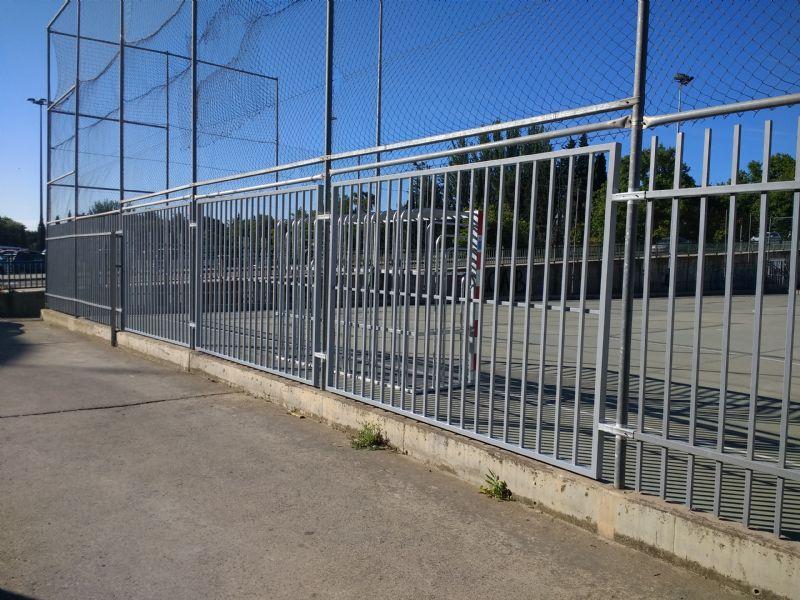 Cambio paneles de enrejado detrás de la portería  para minimizar el ruido. Junio 2018 [Fecha: 08/06/2018]