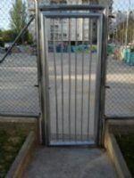 Reparación de la puerta metálica. [Fecha: 29/04/2014]
