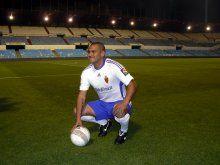 El delantero Suazo llega a Zaragoza para «aportar todo» lo que sabe