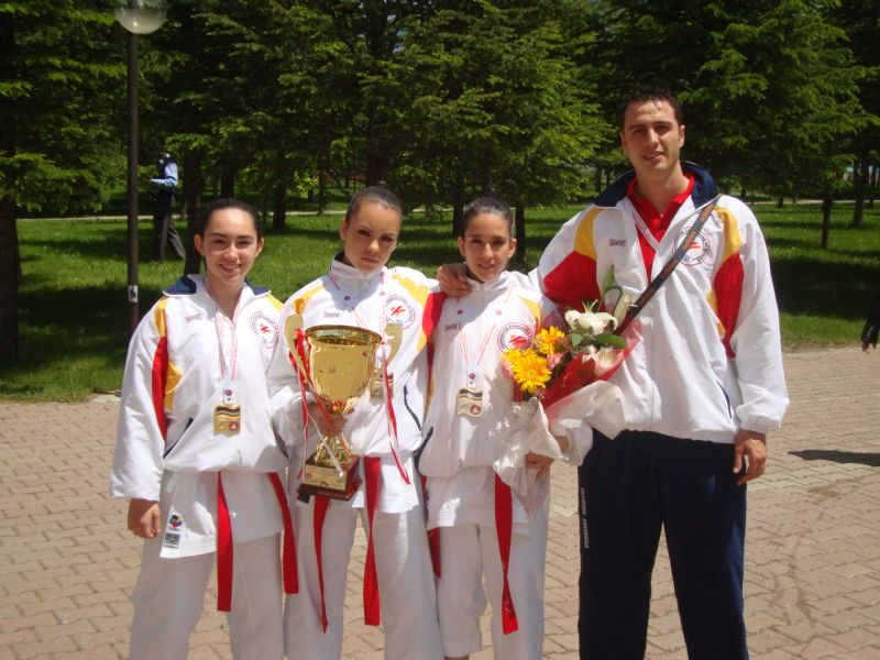 El equipo aragonés de Kata cadete/junior femenino, campeonas de Europa de Kárate por Regiones 2011 celebrado en Ankara (Turquía)