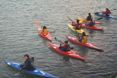 ¡Al agua patos! Campaña de iniciación al piragüismo del Club Naútico