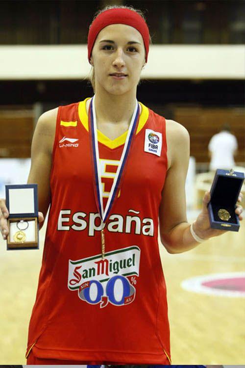 La jugadora de Mann Filter, Queralt Casas, jugando con la Selección Española, se ha proclamado campeona de Europa de baloncesto femenino sub 20