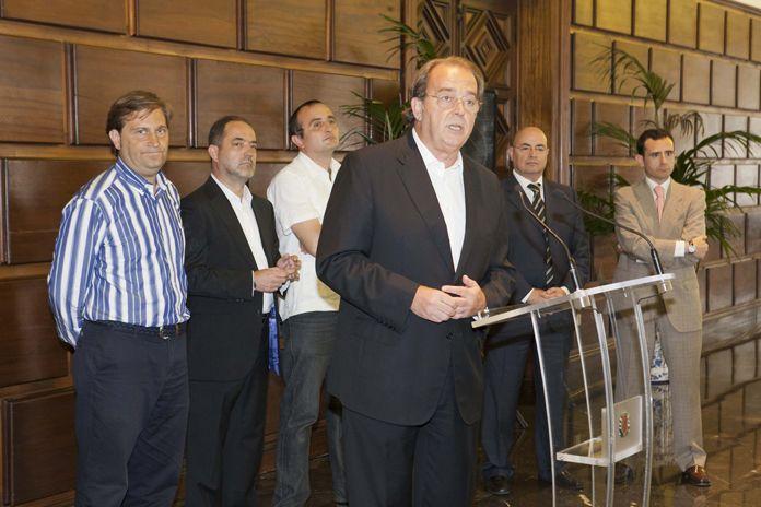 El Real Zaragoza visita a la Virgen del Pilar y el Ayuntamiento de Zaragoza
