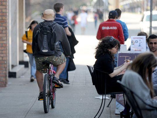 La sentencia que prohíbe a los ciclistas circular por las aceras en Zaragoza no se ejecutará por ahora