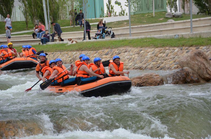 Los fines de semana acércate al Canal de Aguas Bravas del Parque del Agua y disfruta del espectáculo de sus descensos.