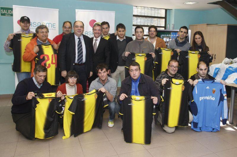 El Real Zaragoza hace entrega de  equipaciones para Asapme