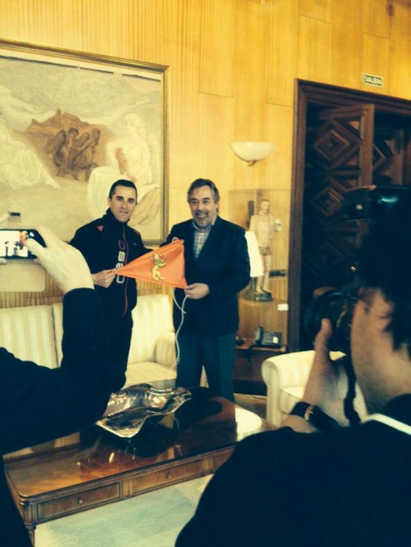 El Alcalde entrega el banderín de Zaragoza al ultrafondista Andrés Montalvo