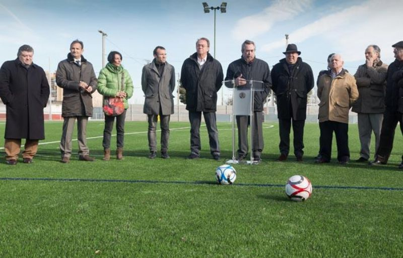 El Alcalde inaugura el campo de césped en el Nuevo Fleta