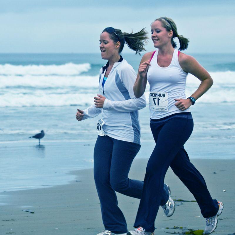 Correr en la playa: consejos, beneficios e inconvenientes