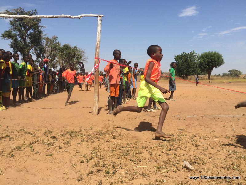 100 pies eventos organizó una carrera para niños en Senegal