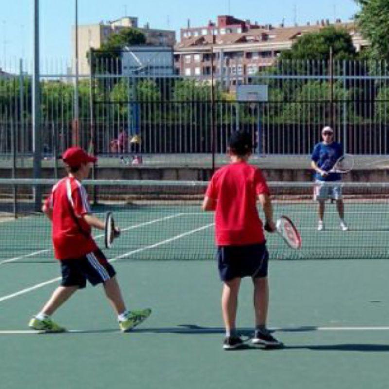 Todavía quedan plazas libres para jugar al tenis en los cursillos municipales ¡Anímate!