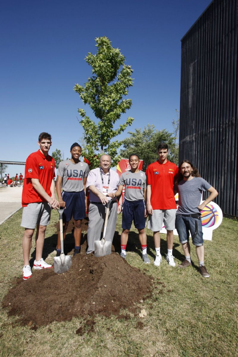 Los participantes del los Mundiales de Baloncesto U17 plantan un árbol en el Parque del Agua