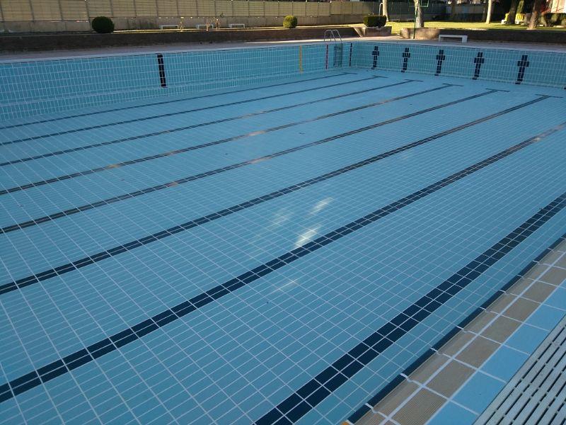 Finalizadas las obras de rejuntado de las baldosas en las piscinas de verano del Palacio de Deportes