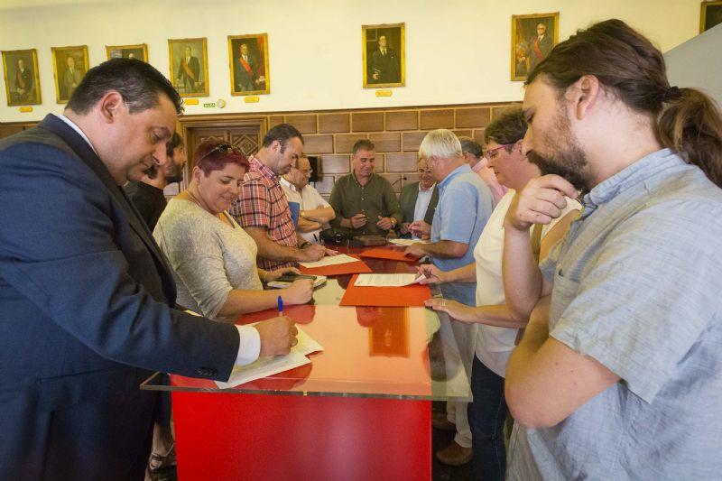 El Ayuntamiento y los clubes de fútbol firman el acuerdo marco para la regularización de los campos municipales.