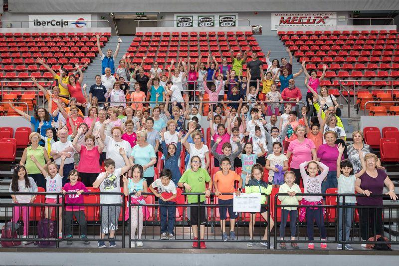 Niños y mayores disfrutan juntos del deporte y el ocio saludable