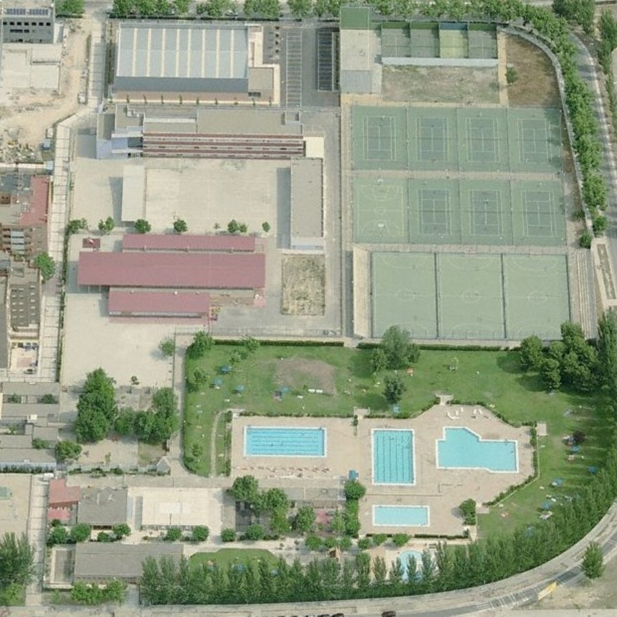 Las piscinas municipales cierran las pistas polideportivas y aplican la obligatoriedad de usar mascarilla también en el césped