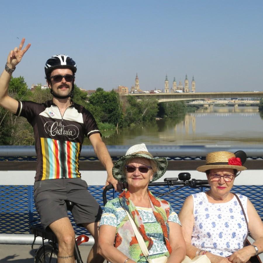 Zaragoza organiza paseos en triciclo adaptado para mayores con el programa «En bici sin edad»