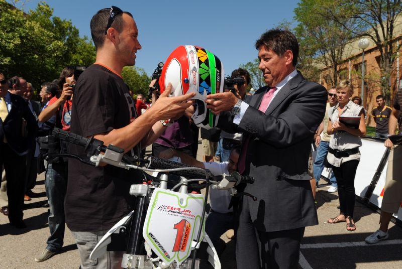 D. Arturo Aliaga prueba una moto ecológica