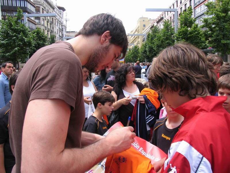 CALLE 3 Carlos Prieto firmando autógrafos