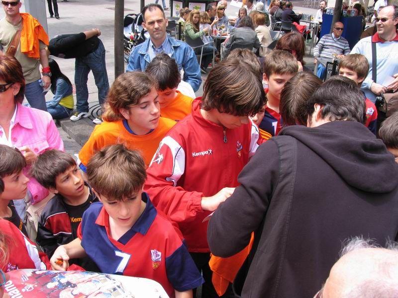 CALLE 4 Mariano Ortega firmando autógrafos