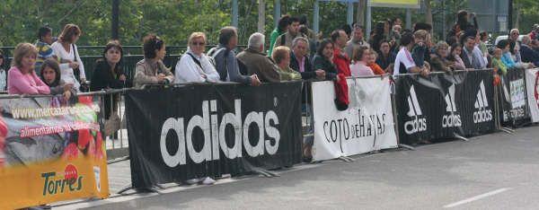Multitud de aficionados esperan la salida