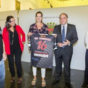 El Ayuntamiento de Zaragoza recibe al Balonmano Dominicos de división de plata femenina