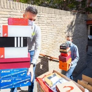 El Albergue municipal recibe una generosa donación de ropa y calzado de Deportes Zenit y Running Zaragoza