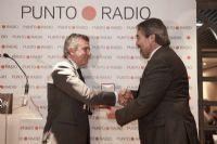 El Alcalde de Zaragoza, Juan Alberto Belloch, entrega la medalla Antonio Samaranch Salisachs, hijo de Samaranch y miembro del COI