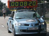 El coche oficial marca el ritmo de la cabeza de carrera