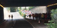 Los corredores se cruzan en el puente de Cesáreo Alierta, gritos de ánimo se escuchan para los cabezas de carrera